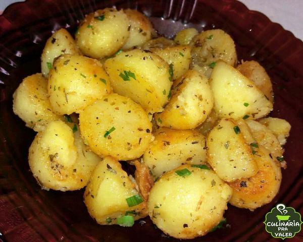 batata cozida e  salteada na manteiga