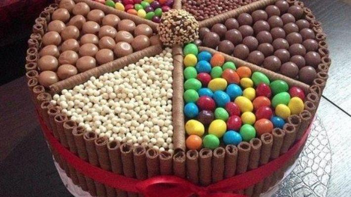 Receita bolo de chocolate decorado com guloseimas