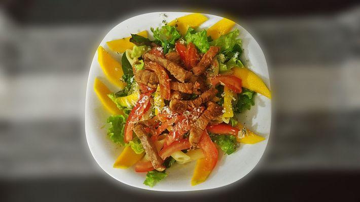 Receita de salada com penne, manga e filé de lombo