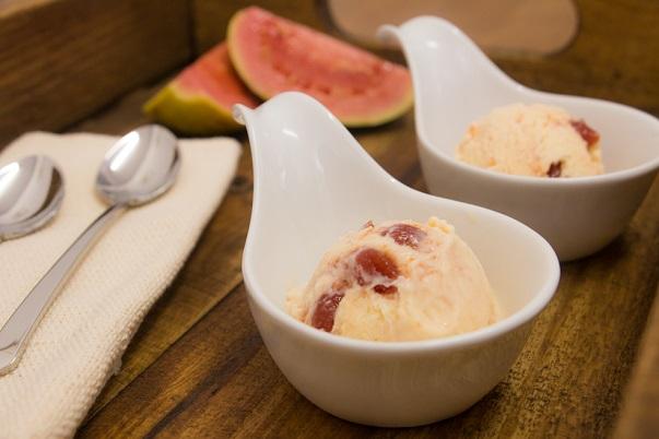 Receita de sorvete de baunilha com pedaços de goiabada