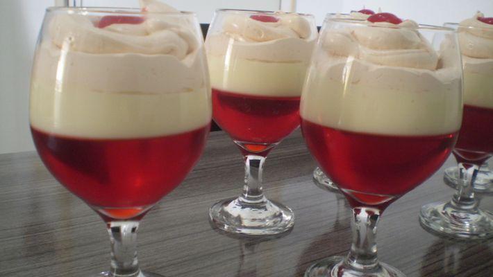 Receita de taças de gelatina com creme e chantily