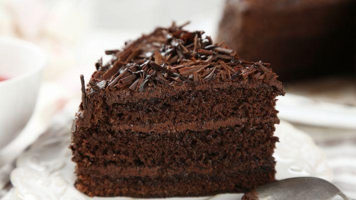 Receita de bolo de chocolate fofinho com cobertura de brigadeiro