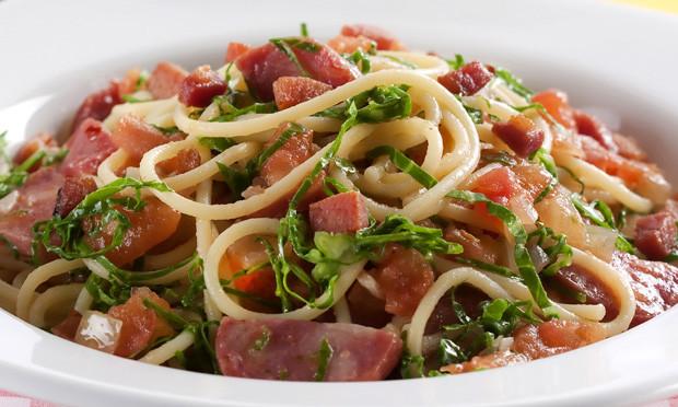 Receita de espaguete com legumes e linguiça