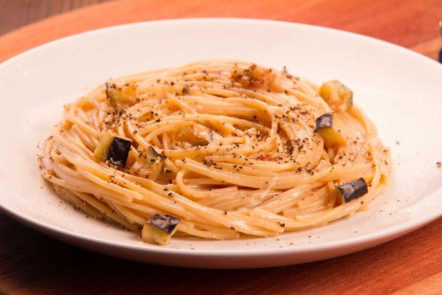 Espaguete integral alla carbonara de berinjelas