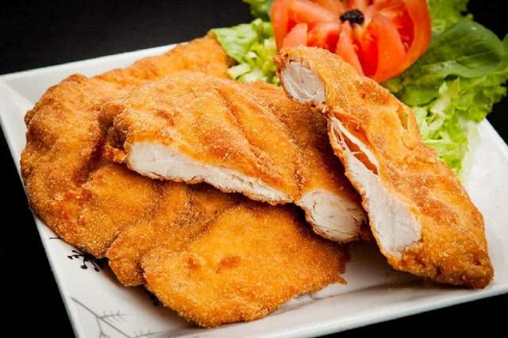 Peito de frango frito com farinha de trigo fácil e muito saboroso