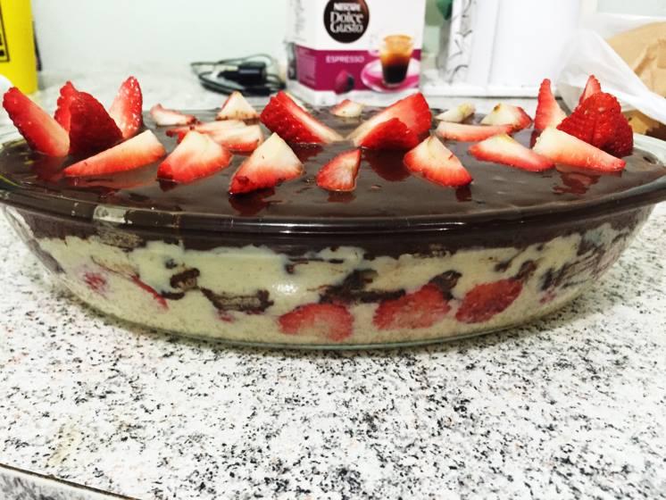 Receita de receita de torta gelada de bis e morango