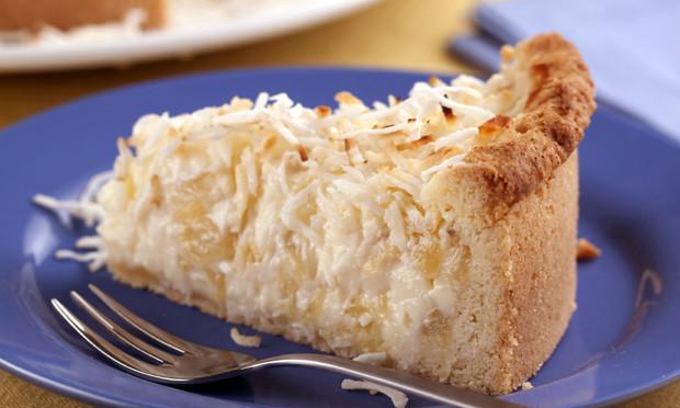 Torta cremosa de abacaxi e coco