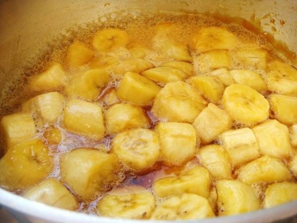 Abacaxi com banana em calda