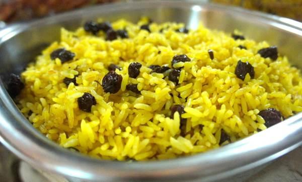Como se faz arroz  com laranja e passas