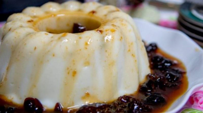Manjar de cocô com calda de ameixa