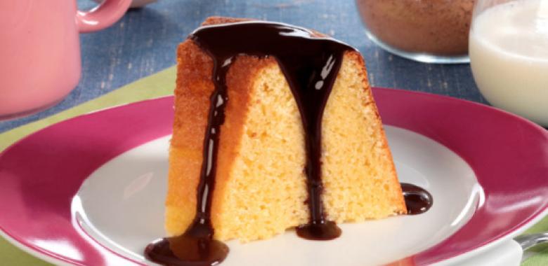 Receita de bolo de milho de liquidificador com calda de chocolate