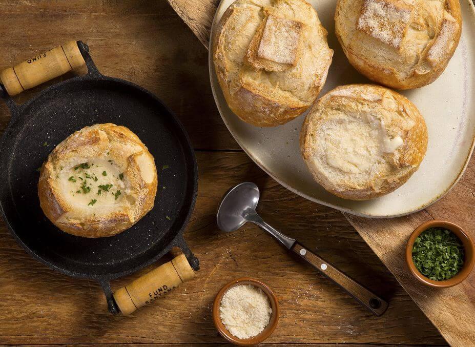 Sopa de queijo no pão italiano