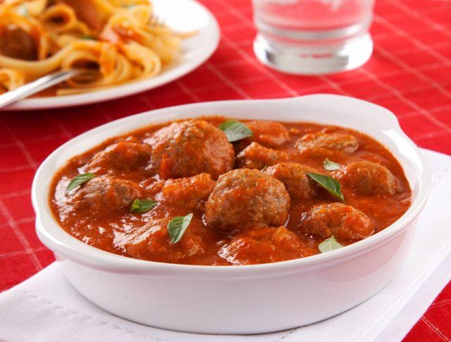 Almôndegas ao molho de tomate fresco fácil