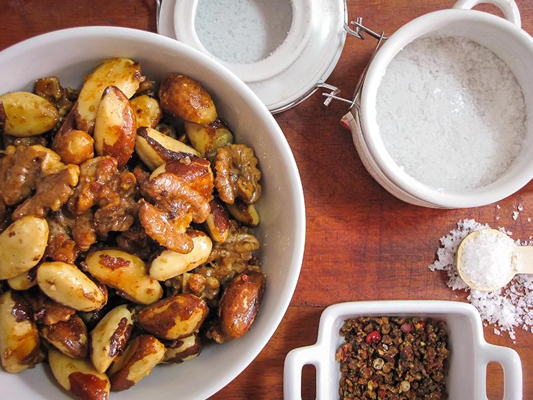 Aperitivo de  castanhas e nozes com pimenta e mel