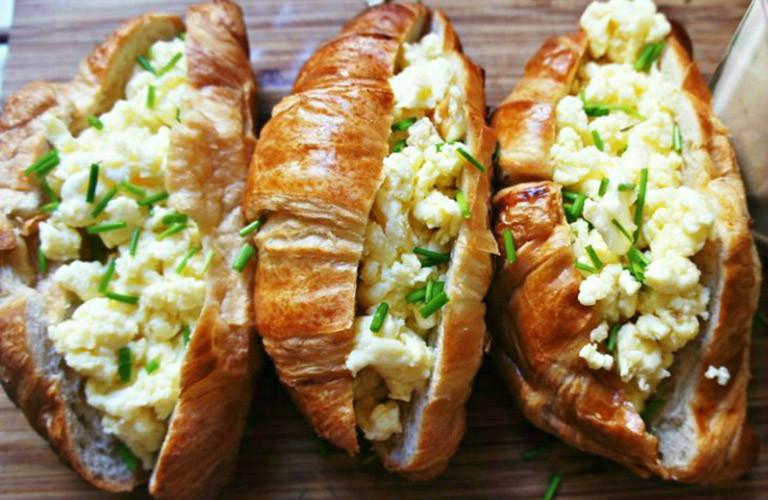 Croissant com queijo cheddar e ovos mexidos