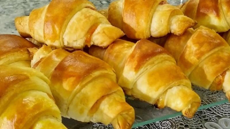 Croissant de queijo e presunto caseiro