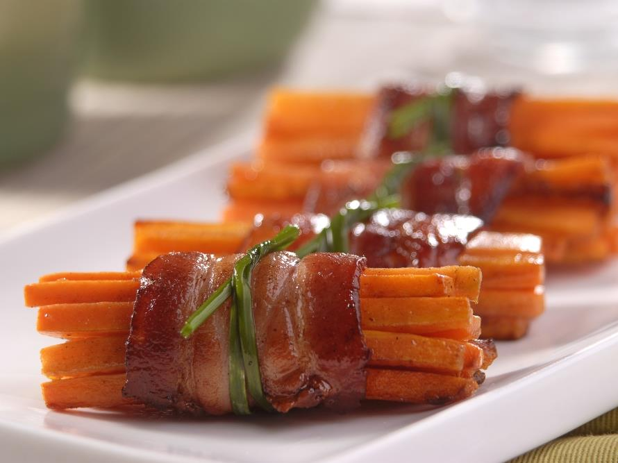 Enroladinho de cenoura com bacon natalina