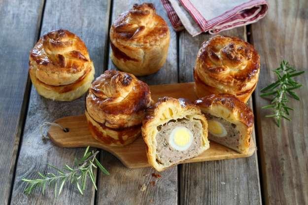 Mini tortas recheadas com carne e ovo de codorna