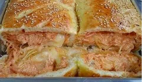 Pão recheado com frango cremoso fácil
