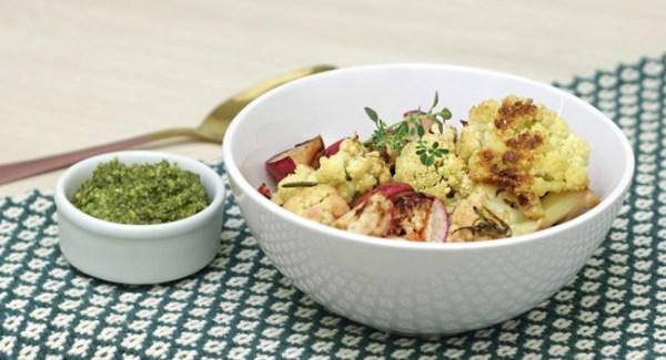 Assado de rabanete e couve-flor e pesto com folhas de rabanete delicioso