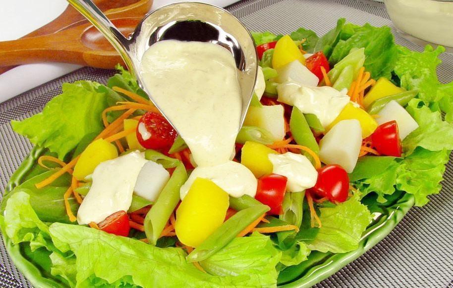 Salada com molho de queijo simples