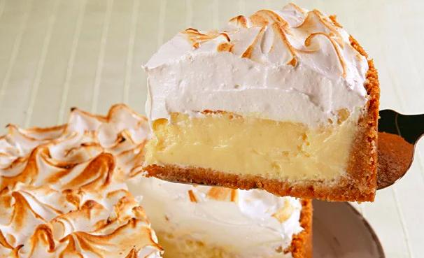 Torta gelada de limão com merengue caseiro