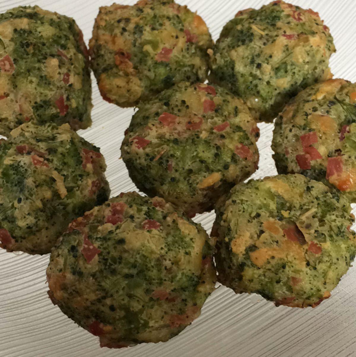 Bolinho de brócolis delicioso e crocante