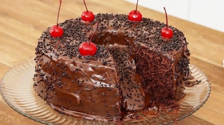Bolo de chocolate de festa com cobertura simples que não vai ao fogo