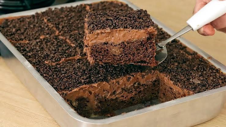 Bolo de chocolate de liquidificador fácil de fazer e molhadinho
