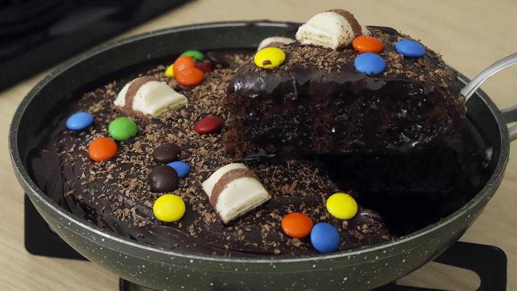 Bolo de chocolate molhadinho e fofinho de frigideira