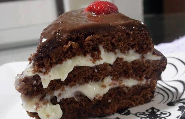 Bolo de chocolate recheado com beijinho uma delícia