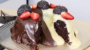 Bolo de chocolate vulcão de liquidificador com brigadeiro fácil