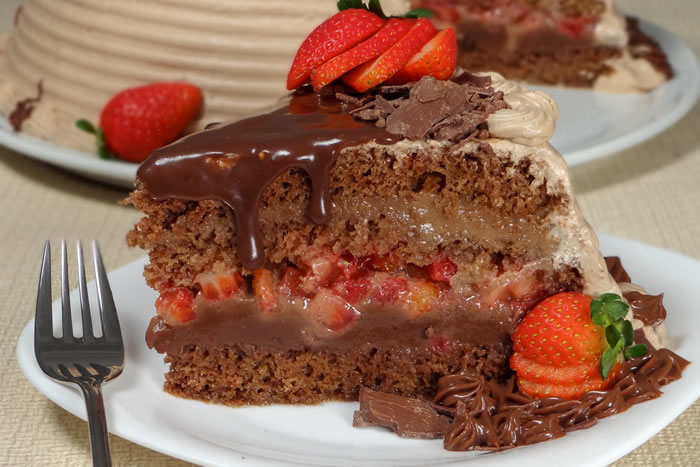 Bolo trufado fácil de morango e chocolate