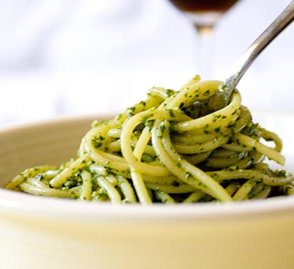 Espaguete ao molho pesto verde