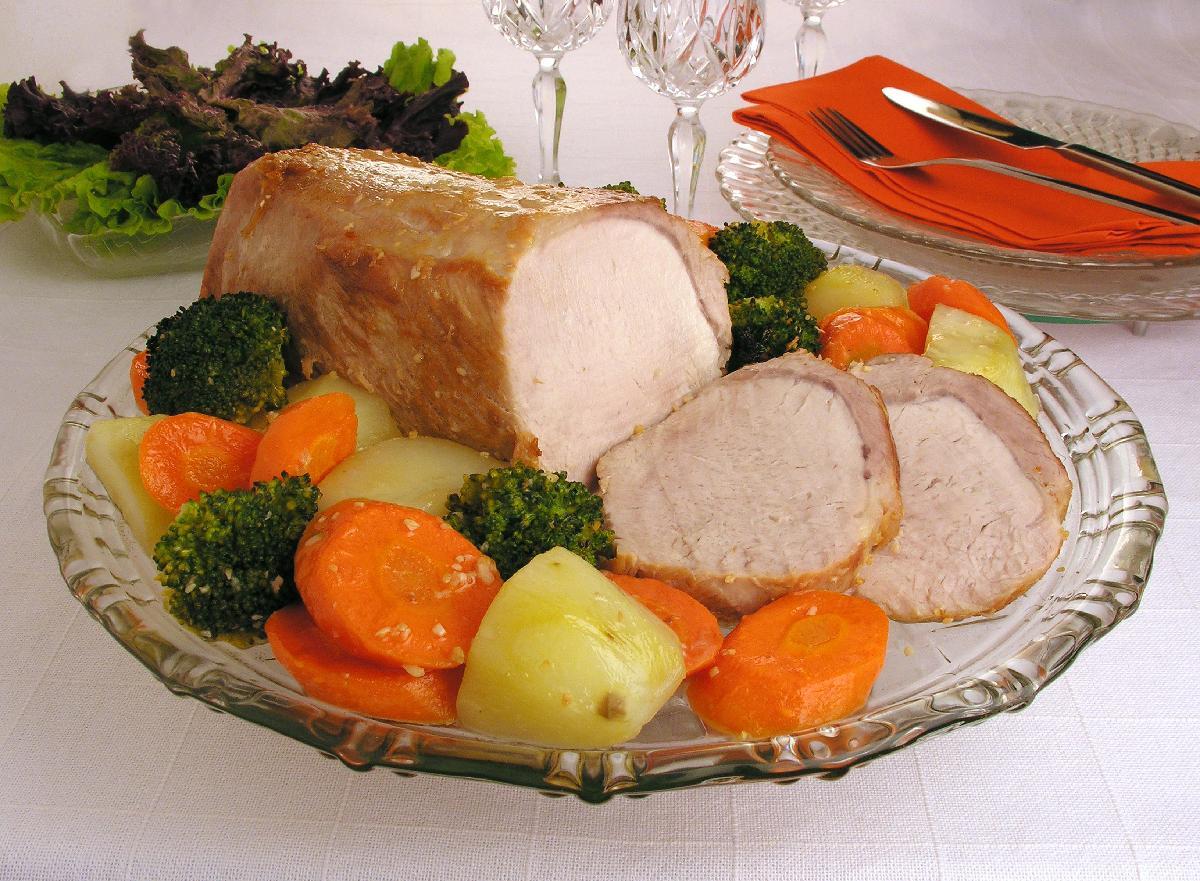 Lombo assado com legumes em casa