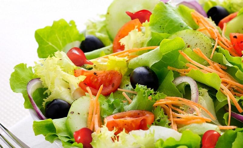 Salada de ervas frescas com pimenta biquinho