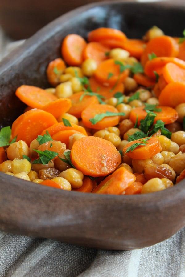 Salada morna de cenoura com grão de bico super leve