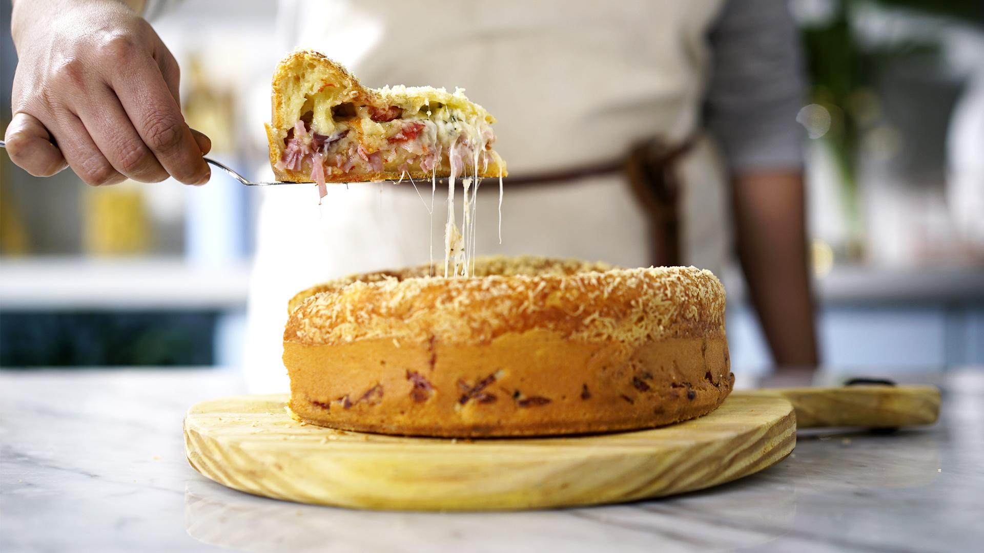 Torta de pão de bacon com queijo delicioso