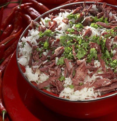 Arroz com carne seca na panela de pressão