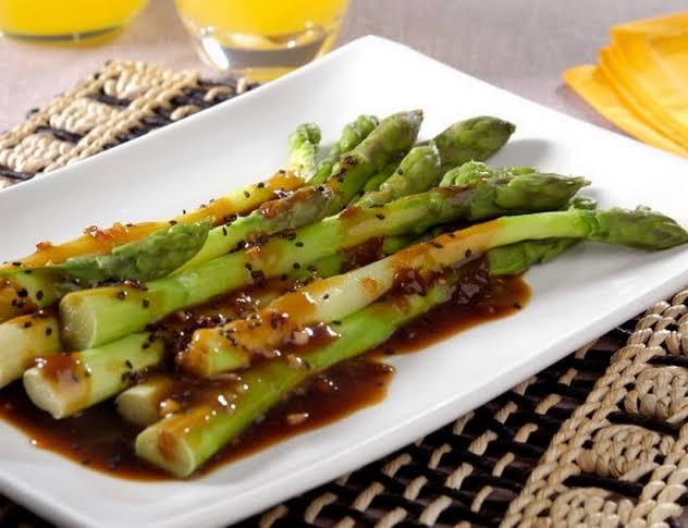 Aspargos ao molho de laranja e gergelim receita vegana