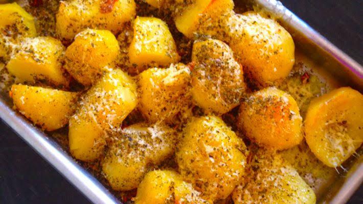 Batatas assadas simples com queijo parmesão