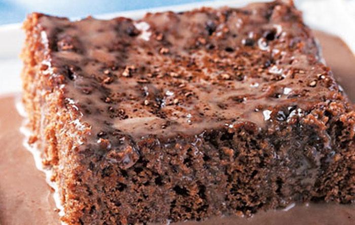Bolo gelado de chocolate com leite condensado fica delicioso