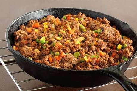 Carne moída cozida com legumes