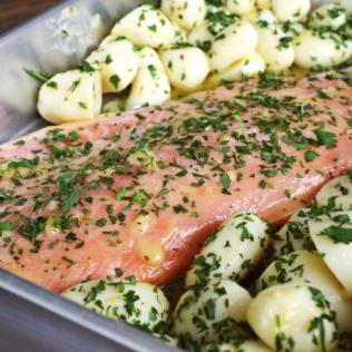 Como fazer salmão assado na manteiga com ervas em casa