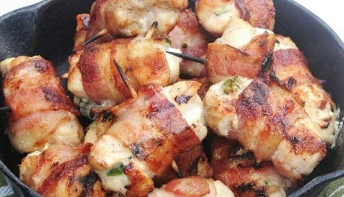 Filé de frango enrolado com mussarela e bacon