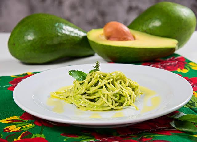Macarrão com abacate vegetariano