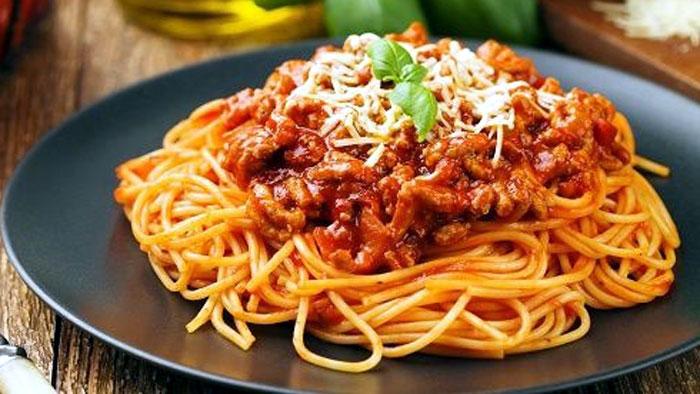 Macarrão com carne moída com molho de tomate simples