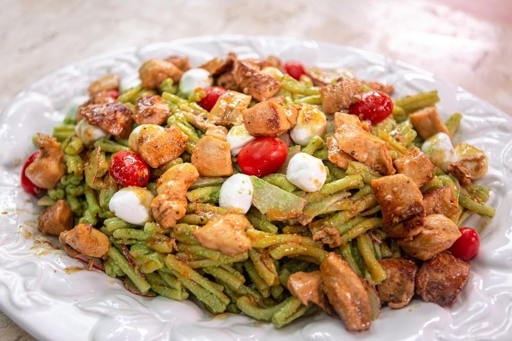Macarrão com frango e pesto de abobrinha uma delícia