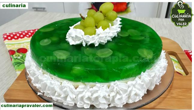 Sobremesa torta surpresa de uva com gelatina e cobertura e chantilly
