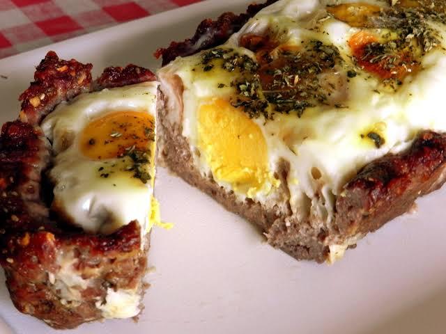 Torta de carne moída com ovo fácil